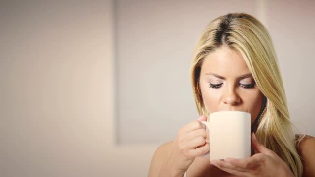 jonge vrouw drinken tea