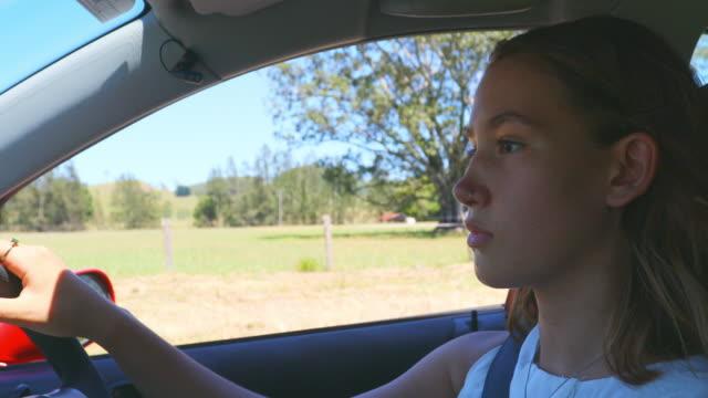 vidéos et rushes de jeune femme conduire une voiture - jeunes filles