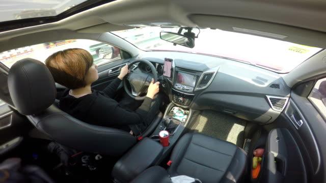junge frau fährt auto - fahrzeug innenansicht stock-videos und b-roll-filmmaterial