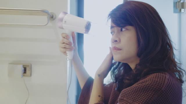 vídeos de stock, filmes e b-roll de mulher nova que seca seu cabelo no banheiro - molhado