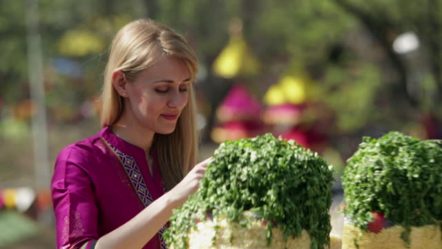 young woman eating bhelpuri in suraj kund mela, faridabad, haryana, india - coriander stock videos & royalty-free footage