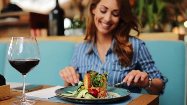 giovane donna che mangia in un ristorante - ospite video stock e b–roll