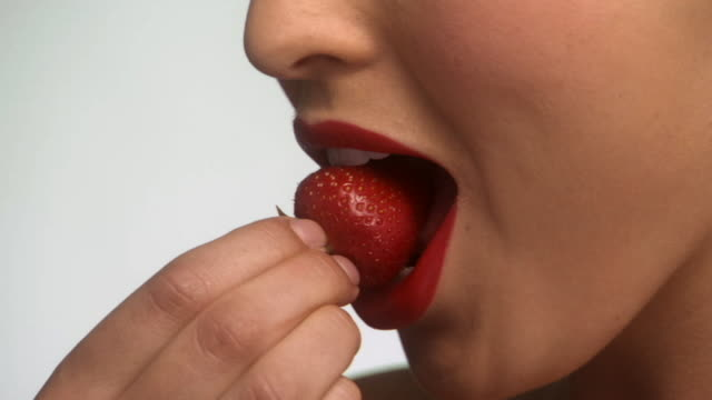 stockvideo's en b-roll-footage met slo mo, ecu, young woman eating strawberry - proeven