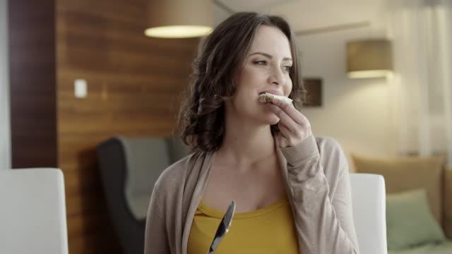 Jonge vrouw eten