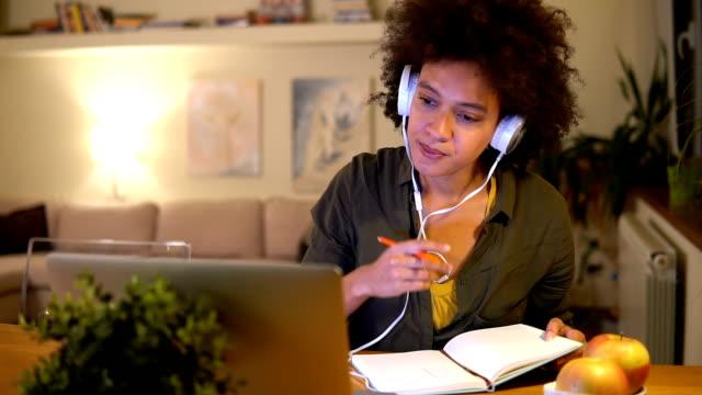 若い女性のラップトップで e ラーニング - 若い女性だけ点の映像素材/bロール