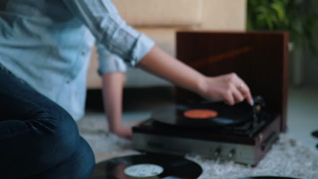 junge frau enjoing musik von schallplatten - plattenspieler stock-videos und b-roll-filmmaterial