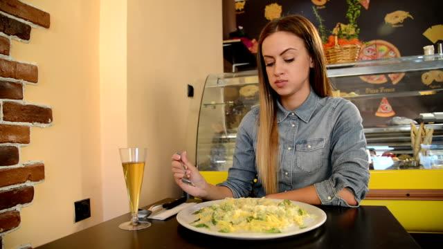 vídeos de stock, filmes e b-roll de jovem mulher aprecie comida italiana - espaguete