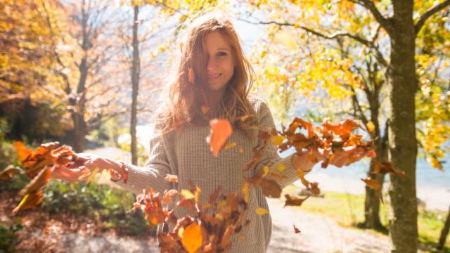 ung kvinna som njuter av vacker solig höstdag i naturen - höstlöv bildbanksvideor och videomaterial från bakom kulisserna
