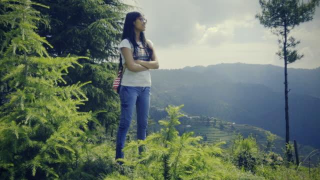 ヒルズで新鮮な空気を楽しんでいる若い女性。 - 丘点の映像素材/bロール