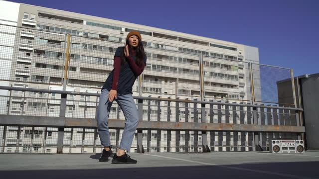 vídeos de stock e filmes b-roll de young woman enjoying her dance moves - cultura hip hop