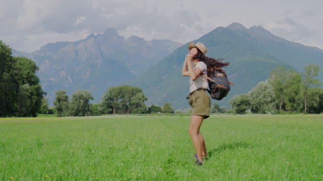 young woman enjoying nature - zaino da montagna video stock e b–roll