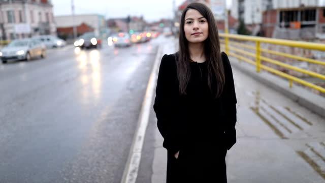 都会で雨の日を楽しむ若い女性 - 歩道点の映像素材/bロール