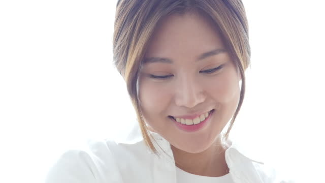 vidéos et rushes de a young woman enjoying single life with a smile - nez humain