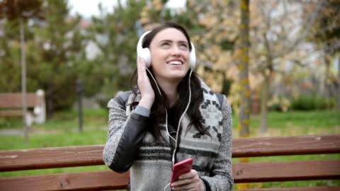 vídeos y material grabado en eventos de stock de mujer joven disfrutar el tiempo libre - escuchar