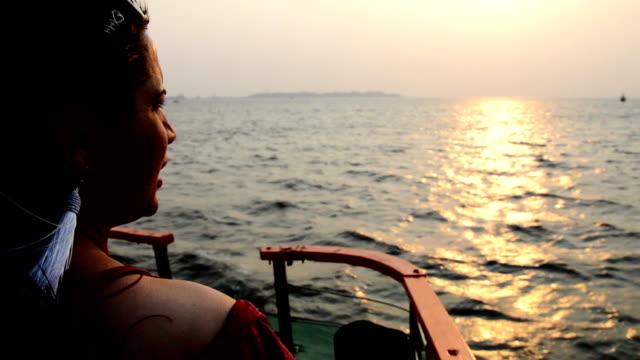 ung kvinna som njuter av havet från färjan - mellan 30 och 40 bildbanksvideor och videomaterial från bakom kulisserna