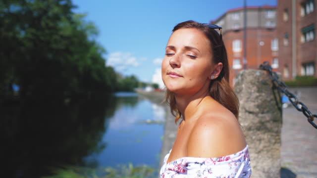 Jonge vrouw genieten van de zomer zon