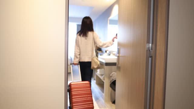 vídeos y material grabado en eventos de stock de joven entrando en habitación de hotel - equipo de seguridad
