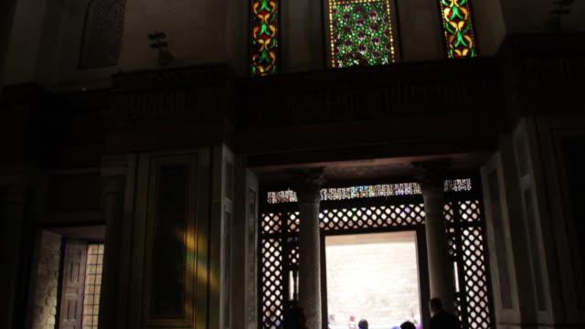 stockvideo's en b-roll-footage met young woman enters a building in coptic cairo, tilt up. - plaatselijk monument
