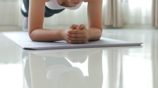 Junge Frau Übung kernkörper von plank