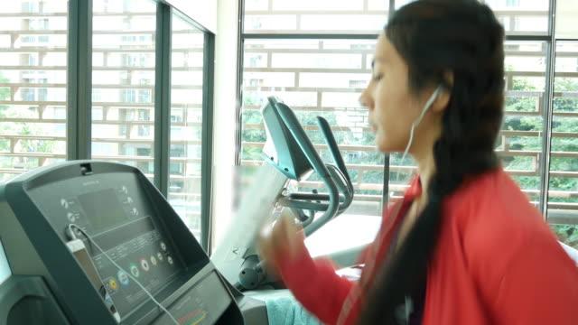 junge frau trainieren im fitnessstudio - handgewicht stock-videos und b-roll-filmmaterial