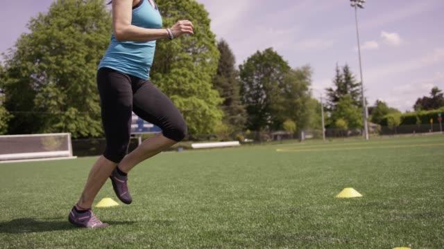 Junge Frau beim Training und Laufen auf dem Feld