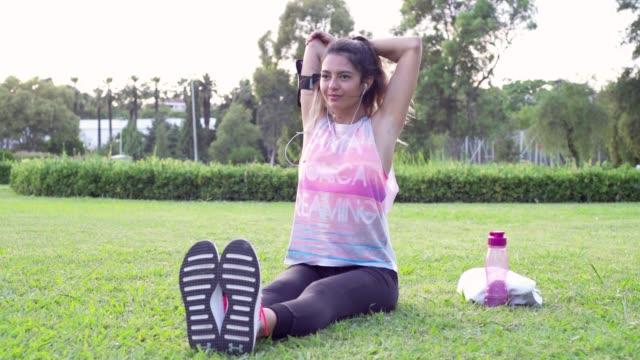 vidéos et rushes de jeune femme femme exerçant - joggeuse