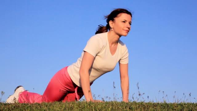 stockvideo's en b-roll-footage met young woman exercising outdoor. - oefeningen met lichaamsgewicht