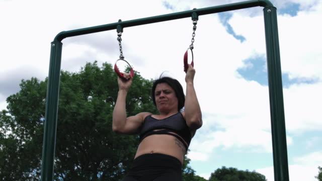 vídeos y material grabado en eventos de stock de young woman exercising - entrenamiento sin material