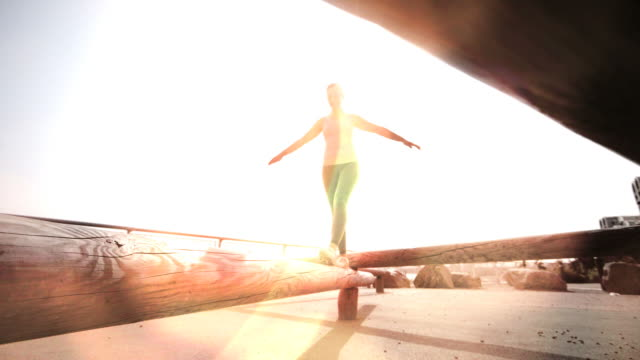 vídeos y material grabado en eventos de stock de young woman exercising - equilibrio