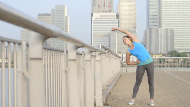 stockvideo's en b-roll-footage met young woman exercising - handen op de heupen