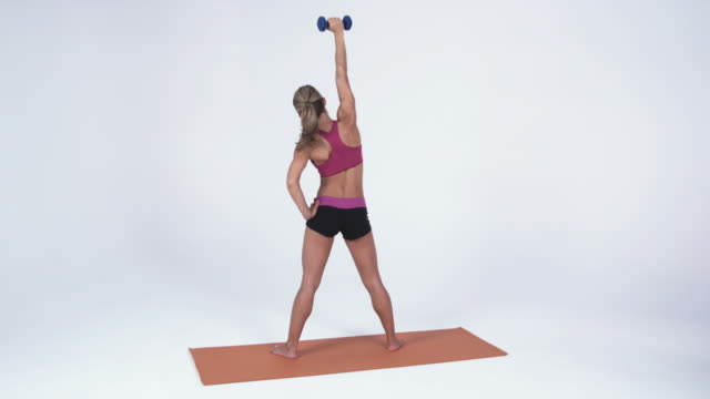 stockvideo's en b-roll-footage met ws young woman exercising with dumbbells / orem, utah, usa - handen op de heupen