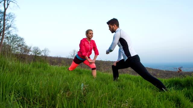 vídeos de stock, filmes e b-roll de mulher jovem se exercitar ao ar livre e academia de ginástica com instrutor pessoal - instrutor de fitness