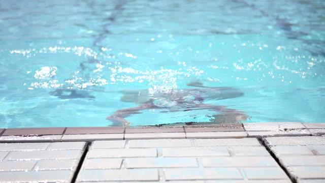 vídeos de stock e filmes b-roll de young woman exiting swimming pool - cabelo molhado