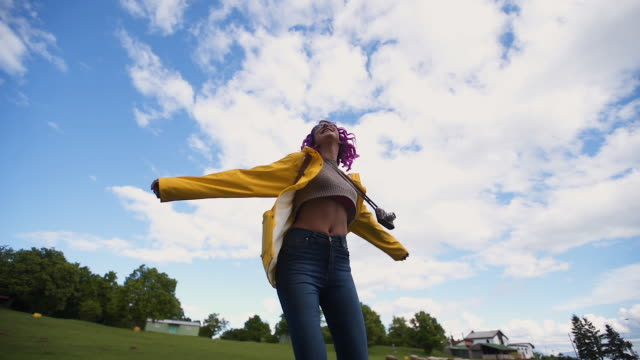 vídeos de stock, filmes e b-roll de natureza de exploração da mulher nova - virando