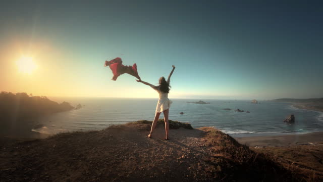 vídeos y material grabado en eventos de stock de young woman expressing joy at ocean with sunset, oregon - libertad