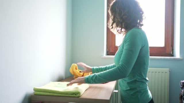 折り畳み式の新鮮な若い女性がタオルを洗ってください。 - たたむ点の映像素材/bロール