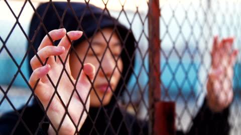 vidéos et rushes de lutte de liberté de jeune femme - sans espoir