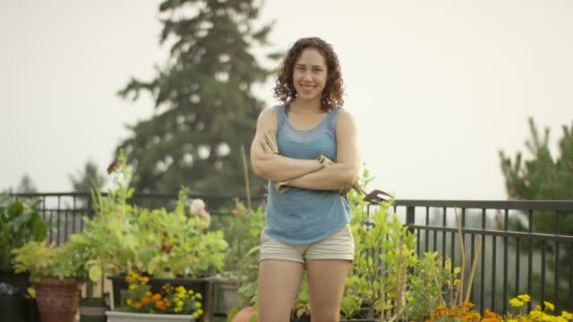 Junge Frau in ihrem Garten Garten