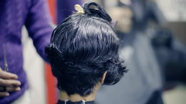 若い女性の髪カットを得ています。 - ヘアケア点の映像素材/bロール