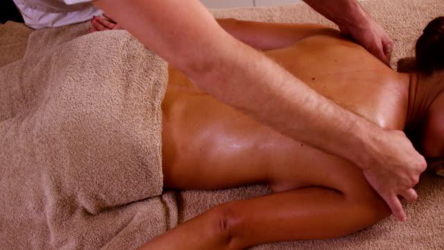 vidéos et rushes de jeune femme pour en revenir massage au spa santé - banc de massage