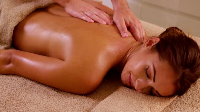 vídeos y material grabado en eventos de stock de mujer joven volver masaje en el spa de salud - espalda humana