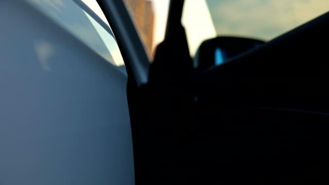 若い女性が車に入る - 入る点の映像素材/bロール