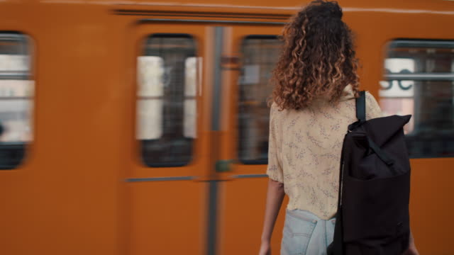 vidéos et rushes de young woman getting on train in berlin, germany - transports publics