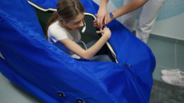 vídeos de stock e filmes b-roll de young woman getting out from the hyperbaric oxygen chamber - confiabilidade