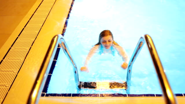 若い女性のプール。