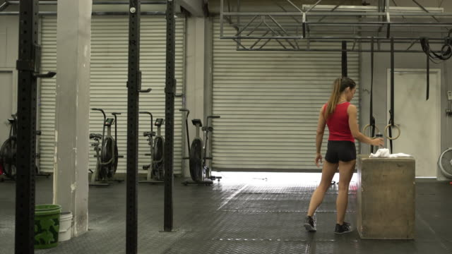 WS Young woman getting ready to work out in a gym