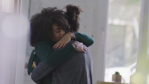 ms slo mo. young woman gives long comforting hug to boyfriend in coffee shop. - välbefinnande bildbanksvideor och videomaterial från bakom kulisserna