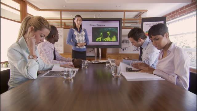vídeos de stock, filmes e b-roll de ms, zo, zi, young woman giving presentation to colleagues in meeting, los angeles, california, usa - brasileiro pardo