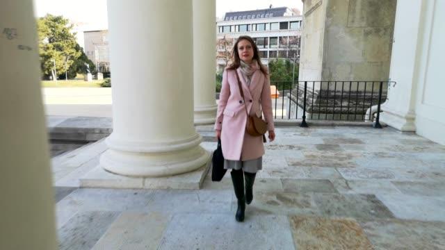 若い女性は仕事に行く - カールスプラッツ点の映像素材/bロール