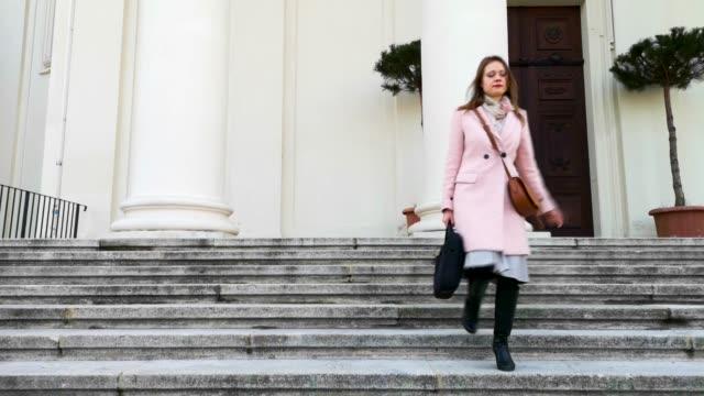 若い女性は階段を下りて行く - カールスプラッツ点の映像素材/bロール